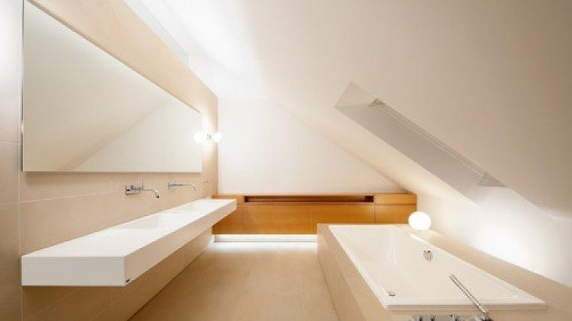 badezimmer mit dachschr ge 9 tolle einrichtungstipps bild der frau. Black Bedroom Furniture Sets. Home Design Ideas