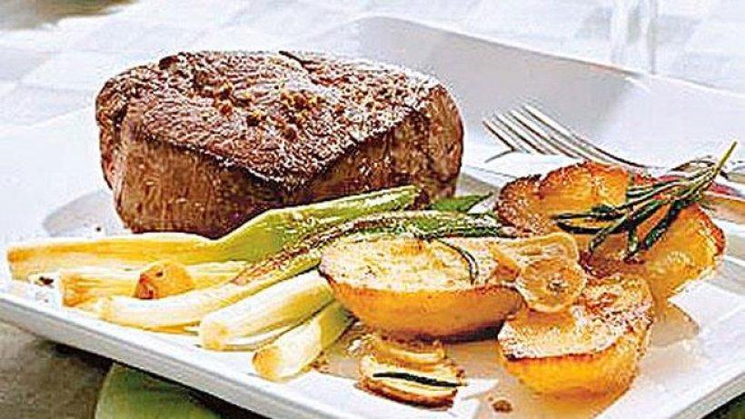 steak mit rosmarinkartoffeln bild der frau. Black Bedroom Furniture Sets. Home Design Ideas