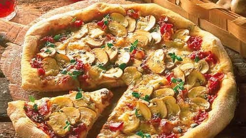 champignon pizza mit speckrezepte bild der frau. Black Bedroom Furniture Sets. Home Design Ideas