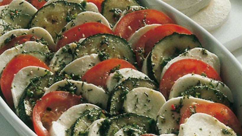 tomaten zucchini salat mit mozzarella. Black Bedroom Furniture Sets. Home Design Ideas