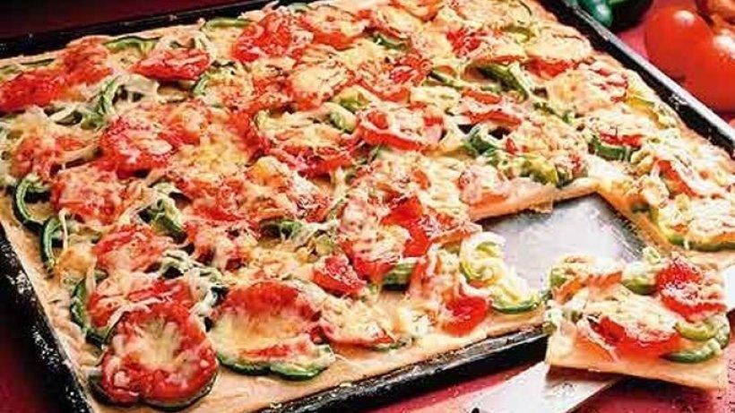 kartoffel pizza mit paprika und tomate. Black Bedroom Furniture Sets. Home Design Ideas