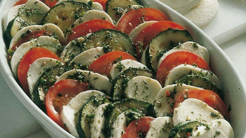tomaten zucchini salat mit mozzarella. Black Bedroom Furniture Sets. Home Design Ideas