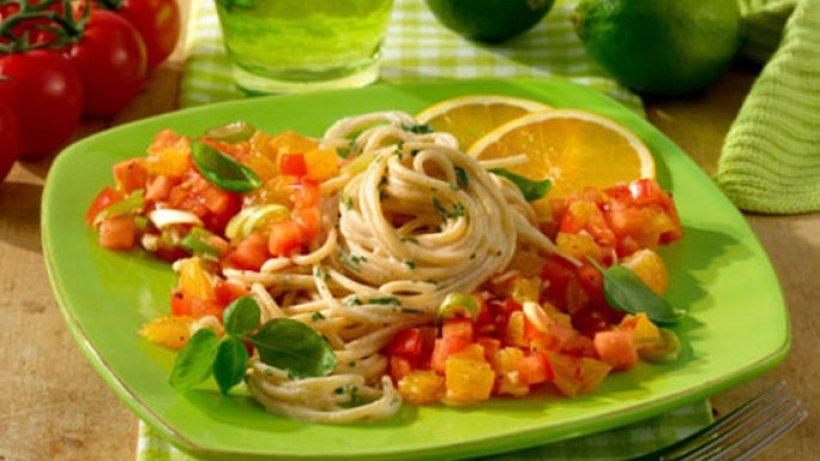 spaghetti mit scharfer tomaten orangen salsa. Black Bedroom Furniture Sets. Home Design Ideas