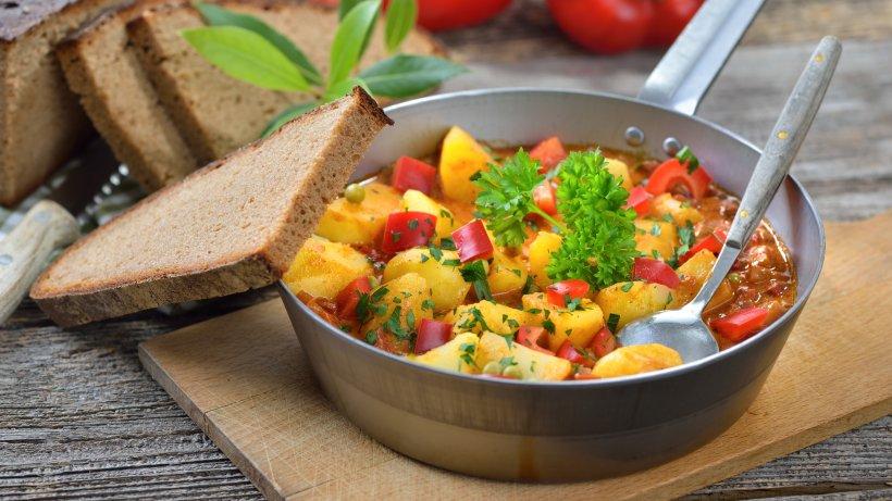 vegetarisches gulasch mit kartoffeln und paprika bild der frau. Black Bedroom Furniture Sets. Home Design Ideas